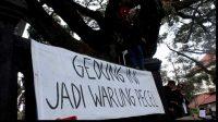 Ribuan Mahasiswa di Malang Segel Gedung DPRD, Pasang Spanduk 'Warung Pecel'
