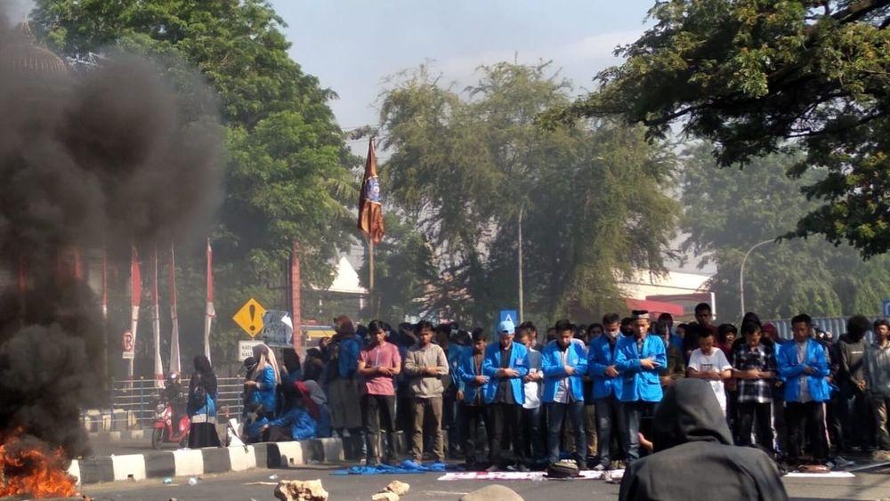 Gelar Aksi Unjuk Rasa, Mahasiswa Unismuh Makassar Sempatkan Salat Berjamaah