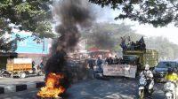 Tuntut Pemerintah Agar BPJS Dibubarkan, Mahasiswa KPPM Bakar Ban