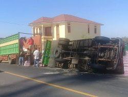 Mobil Pengangkut Barang Campuran Terguling di Jeneponto