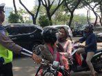 The Power Of Emak-emak, Polisi di 'Suap' Beras