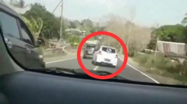 Mobil Datsun Putih di Bone Ugal-ugalan dan Terperosok ke Dalam Got