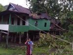 Rumah Panggung Milik Paruh Baya di Jeneponto Tertimpa Pohon