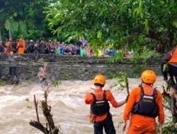 Evakuasi 14 Korban Banjir di Barru Berlangsung Dramatis