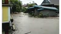 Sebuah Rumah di Soppeng Terbawa Arus Banjir