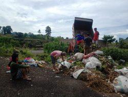 VIDEO: Warga Karweloe Pengut Sampah Sepajang Jalan