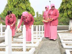 Peringati HKGB Ke-69, Ketua Bhayangkari Beserta Pengurus Ziarah Dan Tabur Bunga Di TMP Bhakti Wiratama